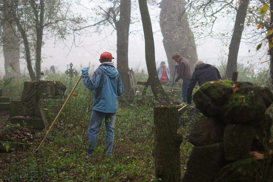 Sprzątanie cmentarza ewangelickiego w Końskowoli